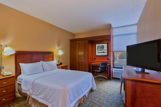 Hampton Inn Hendersonville: Relax in one of our accessible rooms with one queen bed!