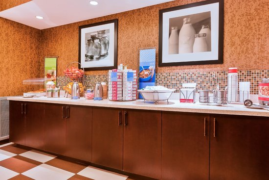 Hampton Inn Hendersonville: Enjoy our On the House hot breakfast each morning in our Perfect Mix Lobby.