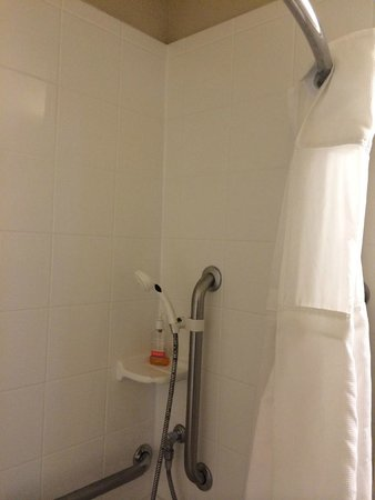 Hawthorn Suites by Wyndham Kent/Sea-Tac Airport: Don't plan on standing up to shower!