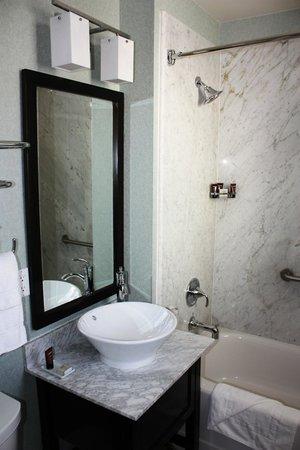 Hotel Shattuck Plaza: Modern bath