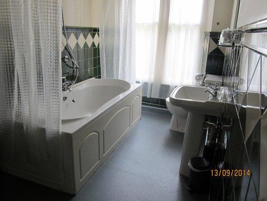 Farnley Tower: bathroom
