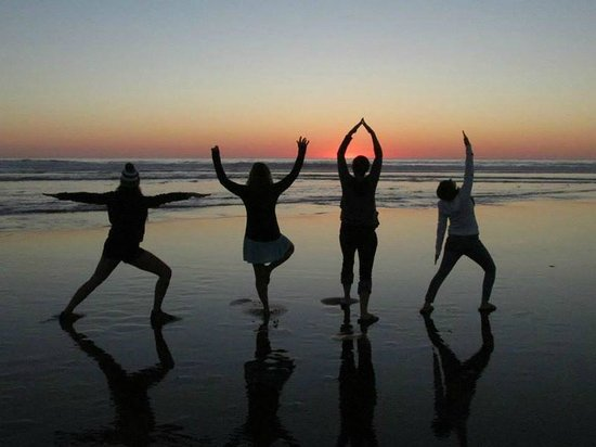 Sea Haven's Guest House: Sunset yoga at Rockaway Beach