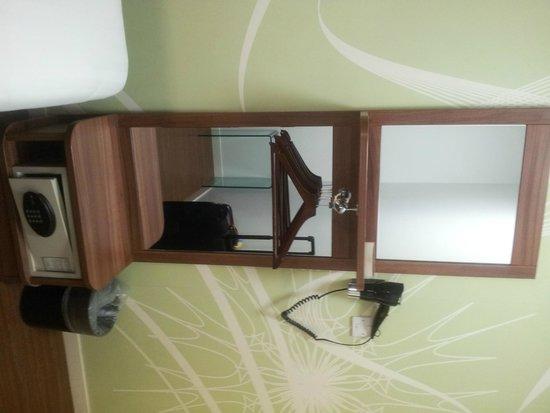 Point A Hotel, London Kings Cross: armario de habitacion