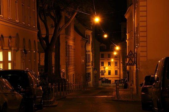 K+K Hotel Maria Theresia: La tranquilla strada davanti all'hotel a mezzanotte
