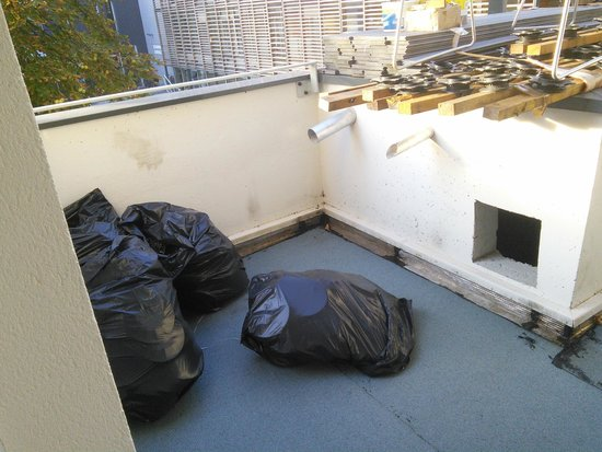 Best Western Plus Paris Meudon Ermitage: Balcony with rubbish bags