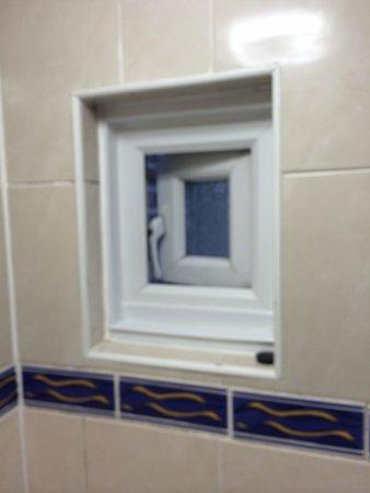 Euro Hotel Hammersmith: Window will not close