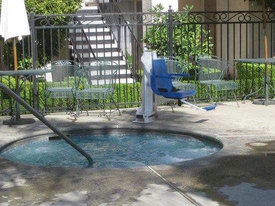 Garden Inn and Suites: Handicap lift even for hot tub