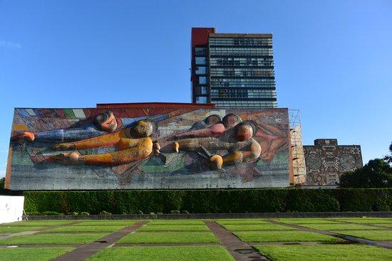 Ciudad Universitaria: シケイロスの作品です。