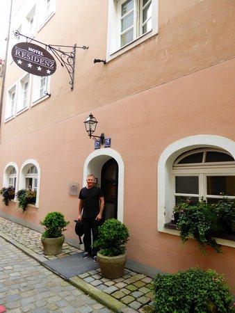 Hotel Residenz Passau: Rear entry from lane way