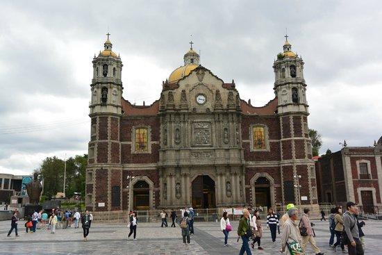 Basilica Lady of Guadalupe and Teotihuacan: 旧聖堂(内部見学は可能です。綺麗なステンドグラスが有ります)