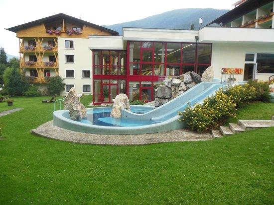 Thermenwelt Hotel Pulverer: Vasca esterna, con cascate, idromassaggio e scivolo!
