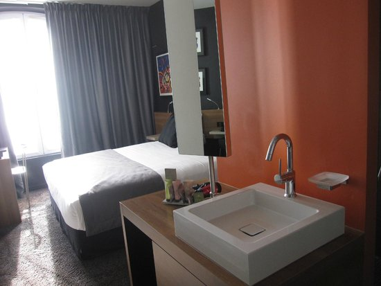 Fred Hotel: sink and bedroom