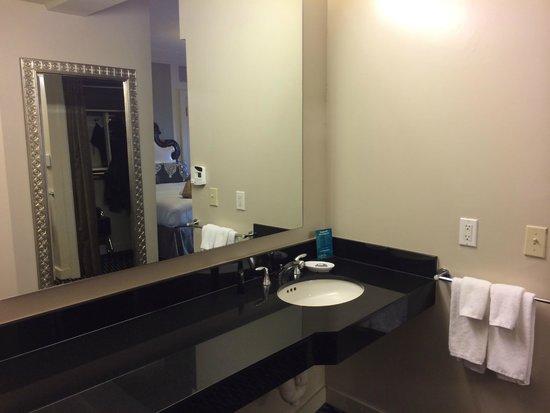 Kimpton Sir Francis Drake Hotel : Handicap Bathroom