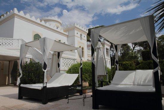 La Villa Mauresque : les lits près de la piscine