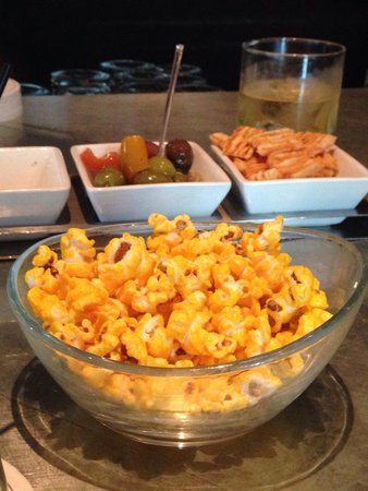 Sofitel Chicago Magnificent Mile: Bar snacks at Le Bar