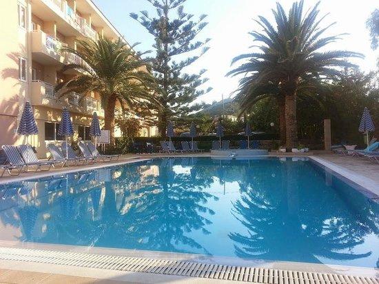 Zakantha Beach Hotel: Sun on the pool