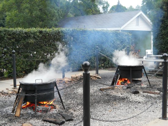 The fish boil master picture of pelletier 39 s restaurant for Fish creek restaurants
