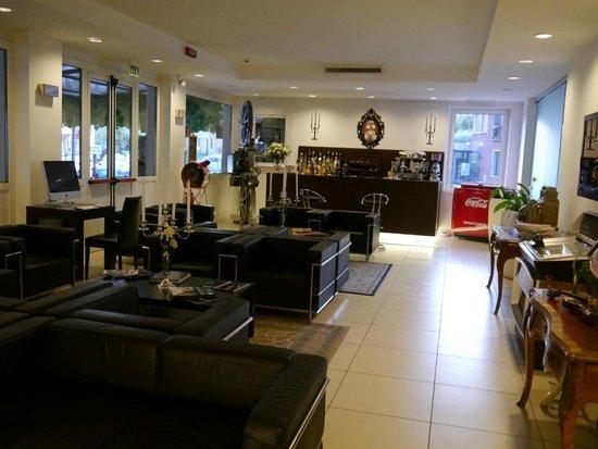 Hotel Benaco: Lobby & Bar