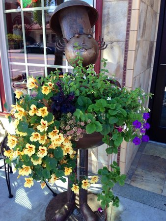 GERE-a-DELI: This beautiful flower arrangement greeted us at the entrance.