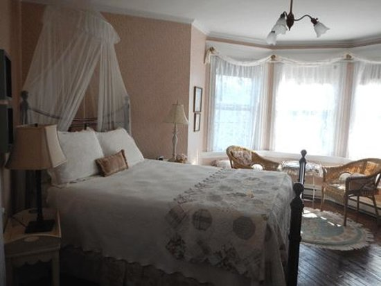 Rothesay House Heritage Inn Bed & Breakfast: A Very comfy bed!