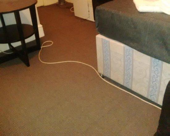Comfotel GRN : Cables running across the bedroom floor