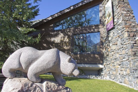 Whyte Museum of the Canadian Rockies: Bear statue outside the museum