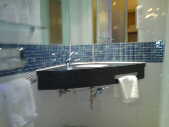 Holiday Inn Express Epsom Downs: Hotel Room Bathroom