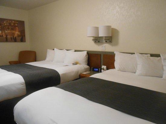 Hotel & Suites Le Dauphin Quebec : Bedroom