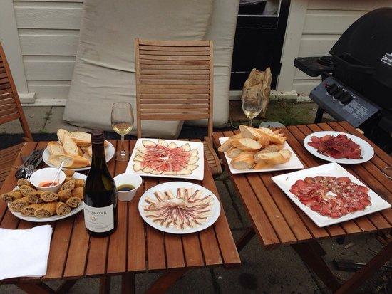 Martinborough, Nueva Zelanda: オーナーの家での昼食です。 赤と白のワインを飲みながら、自家製生ハムとパンとピクルスをテラスで頂きました。 庭園にはいろいろな花が植えられてとても華やかでした。