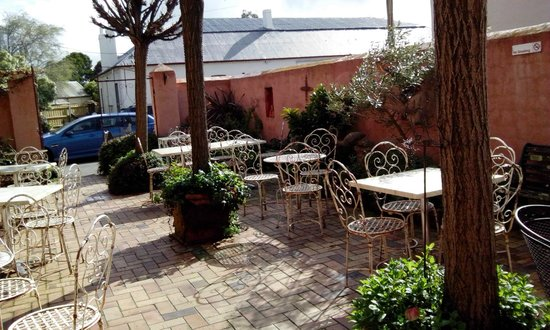 Ingleside Bakery Cafe: courtyard with lots of character