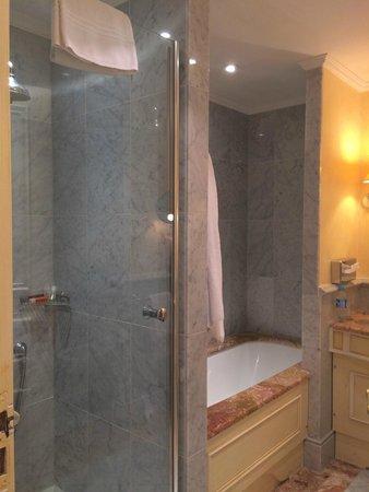 Hotel Lotti Paris: Nice bathroom although drain did clog