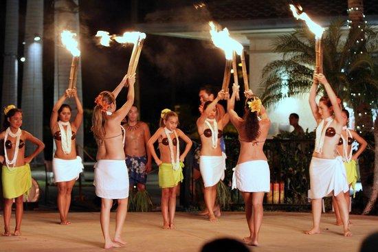 Te 'E'a O Te Turama Hula Halau: Hula dancers