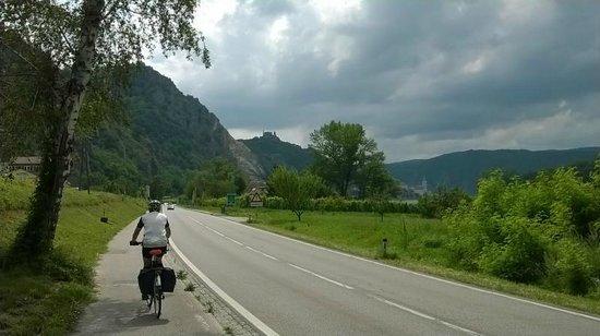 Donauradweg: Approaching Dürnstein castle