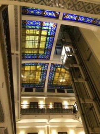 Hampton Inn & Suites Mexico City - Centro Historico: Ceiling of the hotel atrium