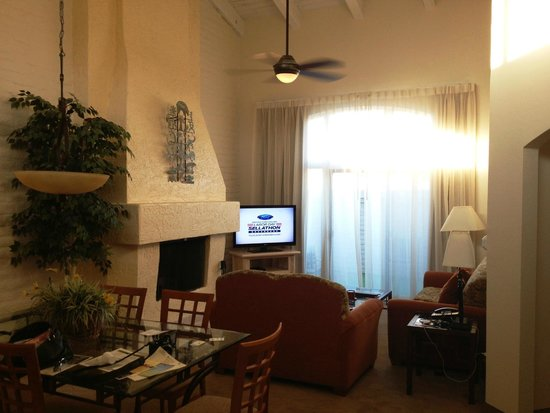 Scottsdale Camelback Resort: Living room - two bedroom large unit!