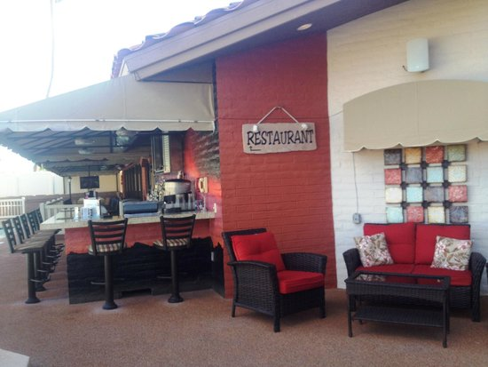 Scottsdale Camelback Resort: Beach bar serves drinks and good food!