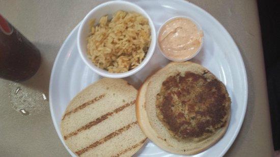 Iguanas Seafood Restaurant: Really Good Crab Cake Sandwich