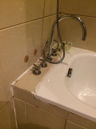 Zhongxiang Hotel : Good hotel but it can use some serious maintenance! Also unfriendly staff! Good location with go