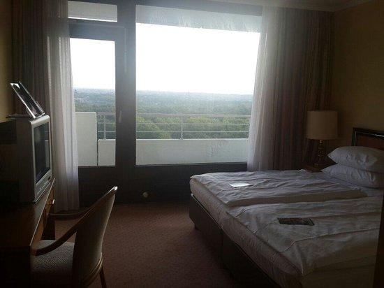 Maritim Hotel Gelsenkirchen: Bedroom in suite