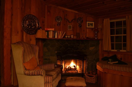 Mendocino Farmhouse : Real wood fireplace