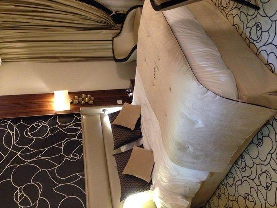 Le Regina Biarritz Hôtel & Spa - MGallery Collection : 寝心地いいベッド。