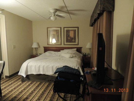 Hampton Inn & Suites Richmond/Glenside : Queen Bed White Linen