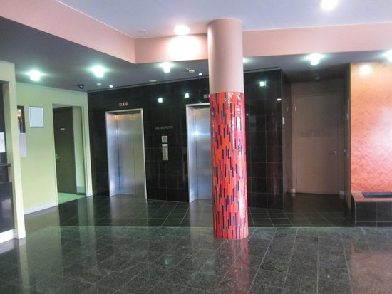 Arrow On Swanston : The lobby and elevator