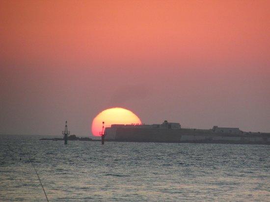 Playa de la Barrosa: Puesta de sol desde la Barrosa sobre la isla de SantiPetri
