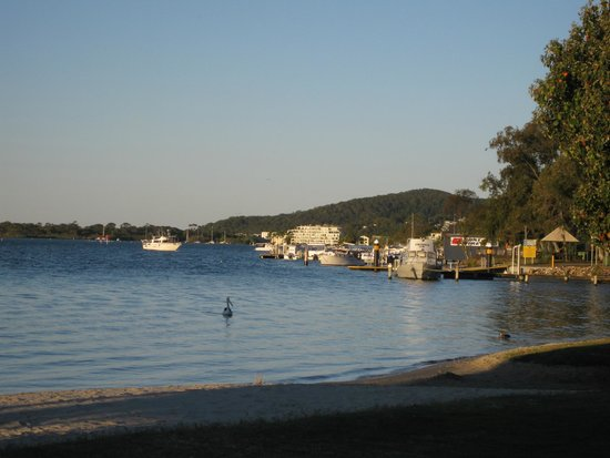 Sandy Beach Resort Noosa: The beautiful Noosa river, just across the road