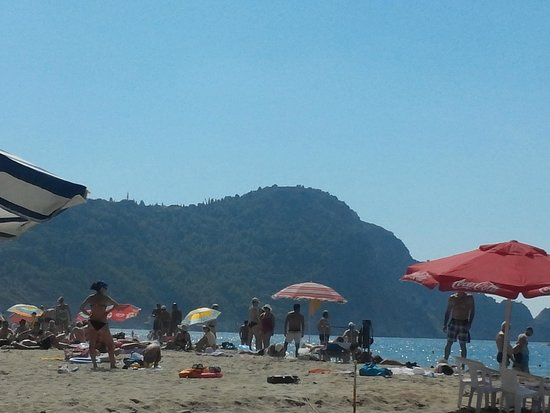 Hedef Kleopatra Golden Sun: Вид с пляжа на крепость.