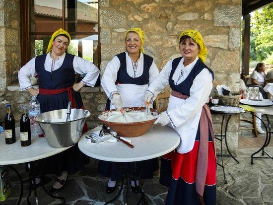 ذا وستن ريزورت كوستا نافارينو: Presentation of traditional Messinian delicacies