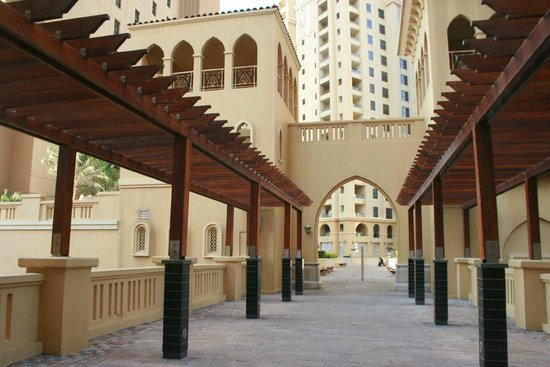 Hawthorn Suites by Wyndham Dubai, Jbr: going to the walk