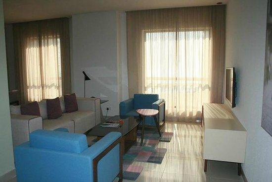 Hawthorn Suites by Wyndham Dubai, Jbr : Cozy Sofa