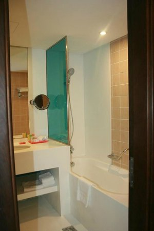 Ramada Hotel and Suites by Wyndham Dubai JBR: Shower Room